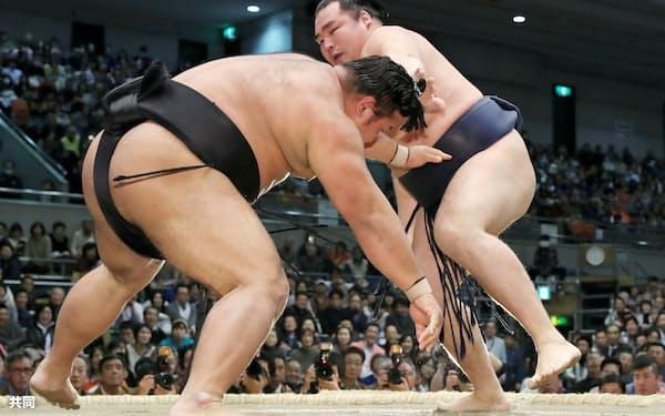 鶴竜(右)がはたき込みで松鳳山を下す(18日、エディオンアリーナ大阪)=共同