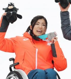 表彰式で銀メダルを手に笑顔の村岡桃佳選手(18日、平昌)=横沢太郎撮影
