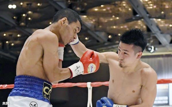 1回、カルロス・カニサレス(左)を攻める小西伶弥(18日、神戸ポートピアホテル)=共同