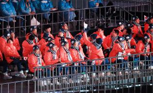 閉会式の開始を待つ日本選手団(18日午後、平昌五輪スタジアム)=横沢太郎撮影