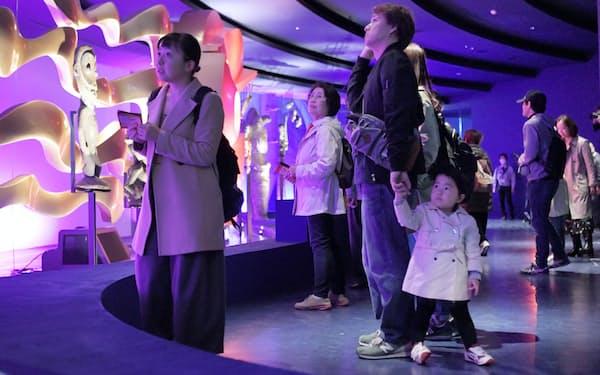 一般公開が始まった「太陽の塔」で展示を見る人たち(19日午前、大阪府吹田市の万博記念公園)