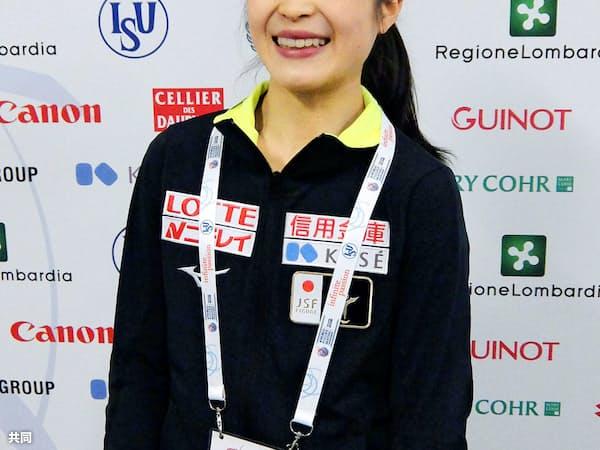 フィギュアスケート世界選手権の公式練習を終え、笑顔を見せる宮原知子(19日、ミラノ)=共同