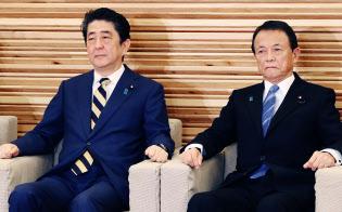 閣議に臨む安倍首相と麻生財務相(右)(20日午前、首相官邸)