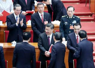 全人代の閉幕式を終え、握手しながら引き揚げる習近平国家主席(手前右から4人目)と李克強首相(同2人目)=20日午前、北京の人民大会堂(三村幸作撮影)