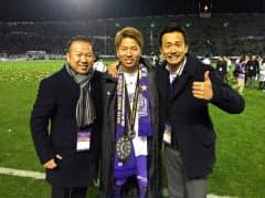 2015年のJ1リーグ戦優勝に喜ぶ山本社長(左、前職のナイキジャパン時代)
