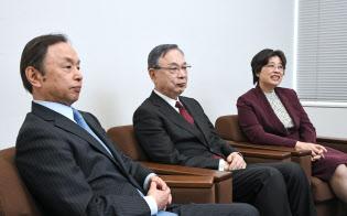 座談会に臨む(左から)国分良成防衛大学校長、宮本雄二元駐中国大使、呉軍華日本総研理事(20日、東京・大手町)