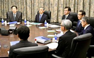 9日の金融政策決定会合(日銀本店)=共同