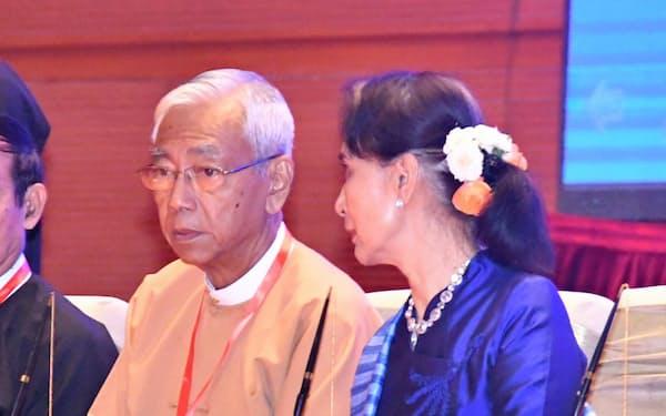 アウン・サン・スー・チー国家顧問(右)と並んで座るティン・チョー大統領(2月、ネピドー)