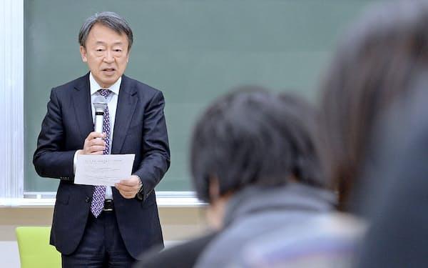 東京工業大学で卒業式を終えると、間もなく2018年度の新しい講義が始まる(講義する筆者。大岡山キャンパス)
