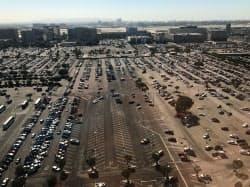 ロサンゼルス空港近くの駐車場。ライドシェアの普及で空きが増え始めている