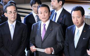 安倍首相に共同声明について報告し、記者の質問に答える(左から)白川日銀総裁、麻生財務相、甘利経財相(2013年1月、首相官邸)
