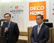 店舗のコンセプトを説明するニトリホールディングスの白井俊之社長(左)ら(22日、横浜市)