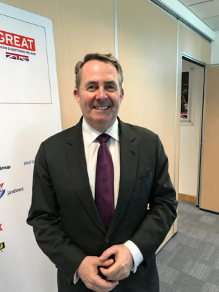 香港で取材に応じたフォックス英国際貿易相