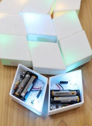 機器の蓋を開けるとLED照明、電池、受光器が並ぶ