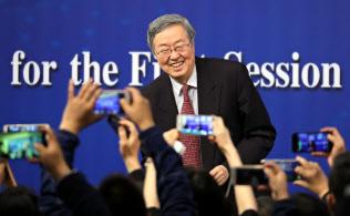 改革派官僚がまた1人政権を去った(3月、中国人民銀行の周小川前総裁)=三村幸作撮影