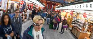 AIや新しいデバイスの発展によって訪日客など外国人との会話が楽しくなるかも(東京・浅草の仲見世商店街)=寺沢将幸撮影