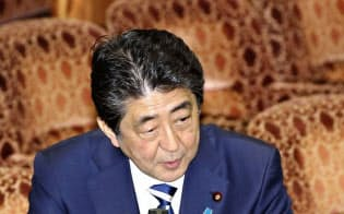 参院予算委で答弁する安倍首相(19日)=共同