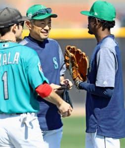 練習前にゴードン(右)と話し笑顔を見せるイチロー=共同