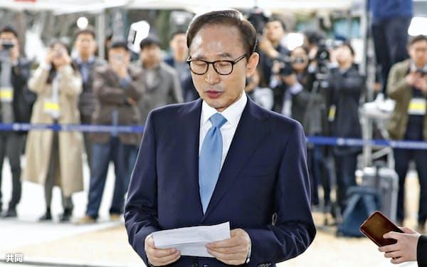 ソウル中央地検に出頭した李明博元大統領(14日、ソウル)=共同