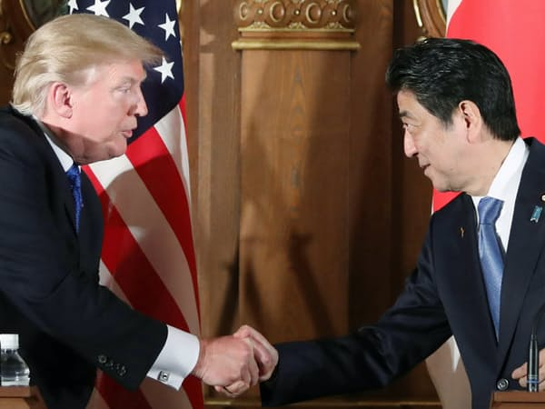 共同記者会見で握手するトランプ米大統領(左)と安倍首相(2017年11月6日、東京・元赤坂の迎賓館)