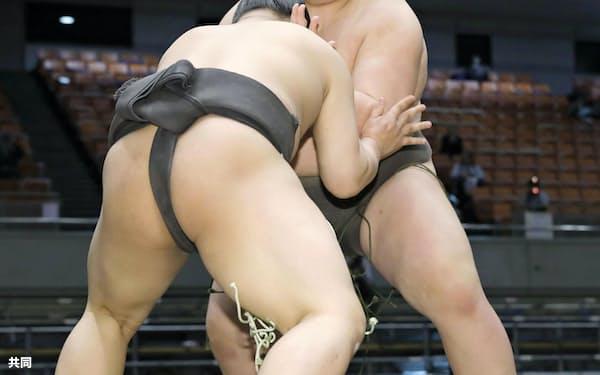 納谷(奥)が押し出しで朝日凰を破り、序ノ口優勝を決める(23日、エディオンアリーナ大阪)=共同