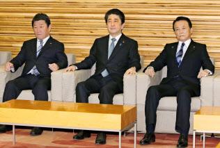 閣議に臨む(左から)茂木経済再生相、安倍首相、麻生財務相(23日午前、首相官邸)=共同