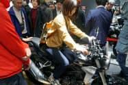 モーターショーには女性や若い来場者の姿も目立った(23日、東京・江東)