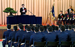 海上保安大学校の卒業式に出席し、祝辞を述べる安倍首相(24日午前、広島県呉市)=共同