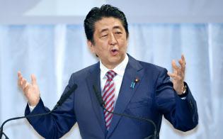 自民党大会で演説する安倍首相(25日午前、東京都港区)