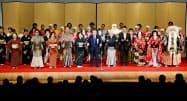 「中日劇場」の閉場式典で手締めをする関係者(25日夜、名古屋市中区)=共同