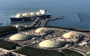 東京電力ホールディングスの富津液化天然ガス(LNG)基地(千葉県富津市)に接岸するLNG船