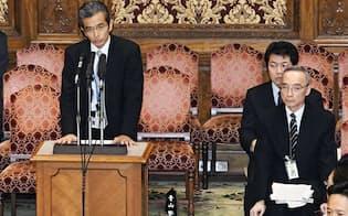 参院予算委で答弁する財務省の矢野康治官房長。右は太田充理財局長(26日午前)=共同