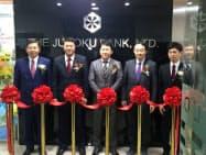 十六銀行の駐在員事務所の開所式典には村瀬幸雄頭取(左)のほか、BIDV幹部らも参加した