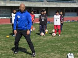 セレクションでは米国の大学女子サッカー部コーチの指示で参加者が練習にも取り組んだ(18日、長野市)