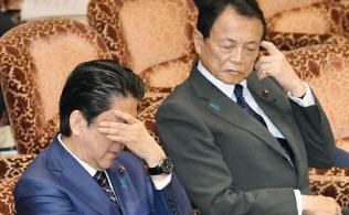 参院予算委で質問を聞く安倍首相(左)と麻生財務相(26日午前)