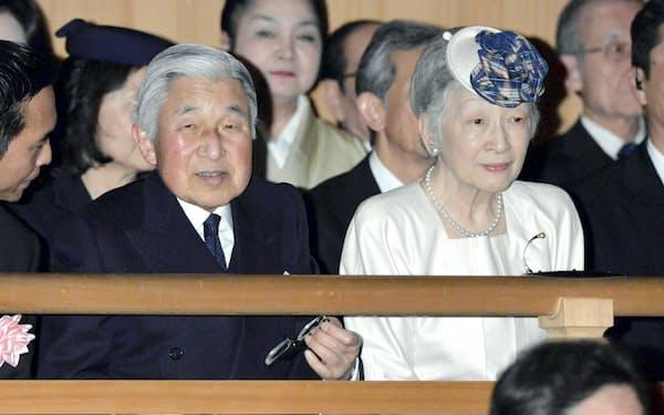 沖縄の古典芸能鑑賞のため、国立能楽堂を訪れた天皇、皇后両陛下(2014年4月、東京都渋谷区)