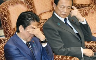 参院予算委で質問を聞く安倍首相と麻生財務相(右)(26日午前)