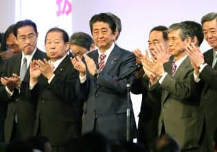 党大会を拍手で締めくくる安倍首相ら自民党執行部(25日午前、東京都港区)
