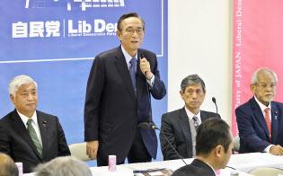 自民党憲法改正推進本部の会合であいさつする細田本部長