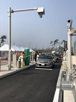 能美根上スマートICのゲートを通過する車両(25日、石川県能美市)