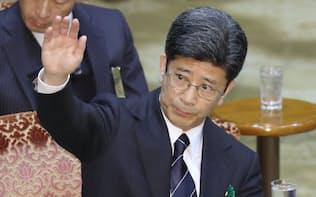 参院予算委の証人喚問で発言を求め挙手する佐川氏(27日午前)