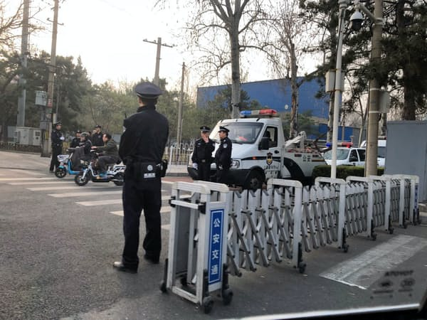 厳戒態勢を敷く釣魚台迎賓館の正門前(27日、北京)