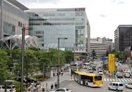 地方でもホテルや店舗の需要が増している(福岡市のJR博多駅前)