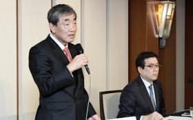 記者会見するカルビーの松本会長兼CEO(左)と伊藤社長(27日午後、東京都千代田区)