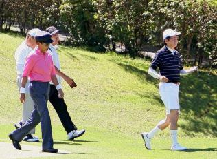 麻生財務相(左)らとゴルフを楽しむ安倍首相(2016年8月17日、山梨県山中湖村)=共同