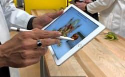 新しいiPadはこれまで高級機種に限定していた手書きペンを使えるようにした(27日、アップルの発表会)