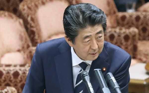 昭恵夫人が名誉職などに就いていた団体のリストを手に答弁する安倍首相(28日午前、参院予算委)
