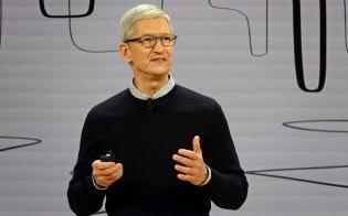 シカゴの高校で開催した発表会に登壇した米アップルのティム・クック最高経営責任者(CEO)