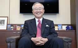 宮内義彦(みやうち・よしひこ) オリックスのシニア・チェアマン。 1935年神戸市生まれ。関西学院大商学部卒。米ワシントン大経営学修士(MBA)。リースを手始めに不動産、生命保険、銀行などへ事業領域を広げてきた金融サービス界の重鎮。最高経営責任者の在任期間は30年を超える。語り口はソフトながら、世の中の動きを分析する視点は鋭く、時に厳しい。現在も経営への助言を続けている。プロ野球オリックス・バファローズのオーナー、新日本フィルハーモニー交響楽団理事長の顔も持つ。近著に「私の経営論」(日経BP社)、「私の中小企業論」(同)
