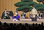 御園座の開場式で披露された「寿式三番叟」で、舞台に登場した松本白鸚さん(右)、松本幸四郎さん(左)ら(28日、名古屋市)=共同